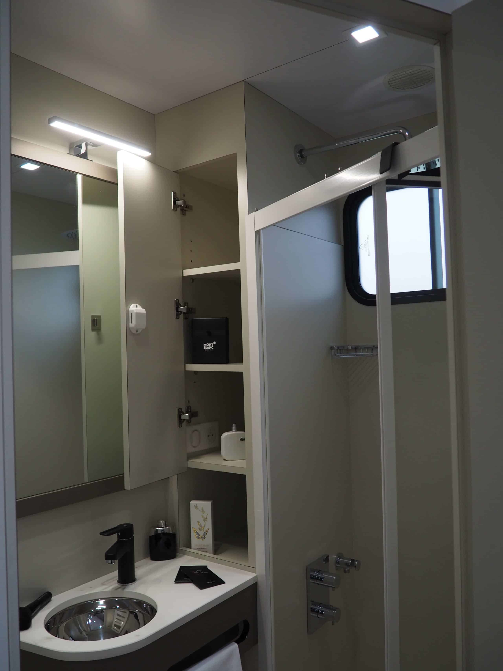 Salle de bain dans camion chevaux